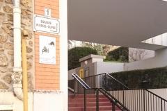 Signalétique du CAJM en bas de l'escalier rue des Montalets